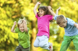 Дети прыгают