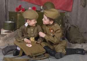 Мальчик и девочка в военной форме